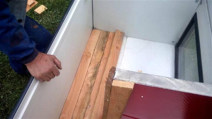 pallet dog house insulation using styrofoam and wood planks