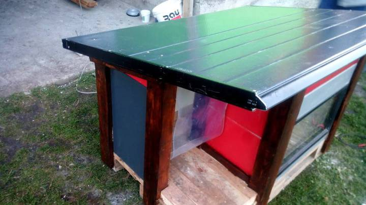 low-cost wooden pallet dog house