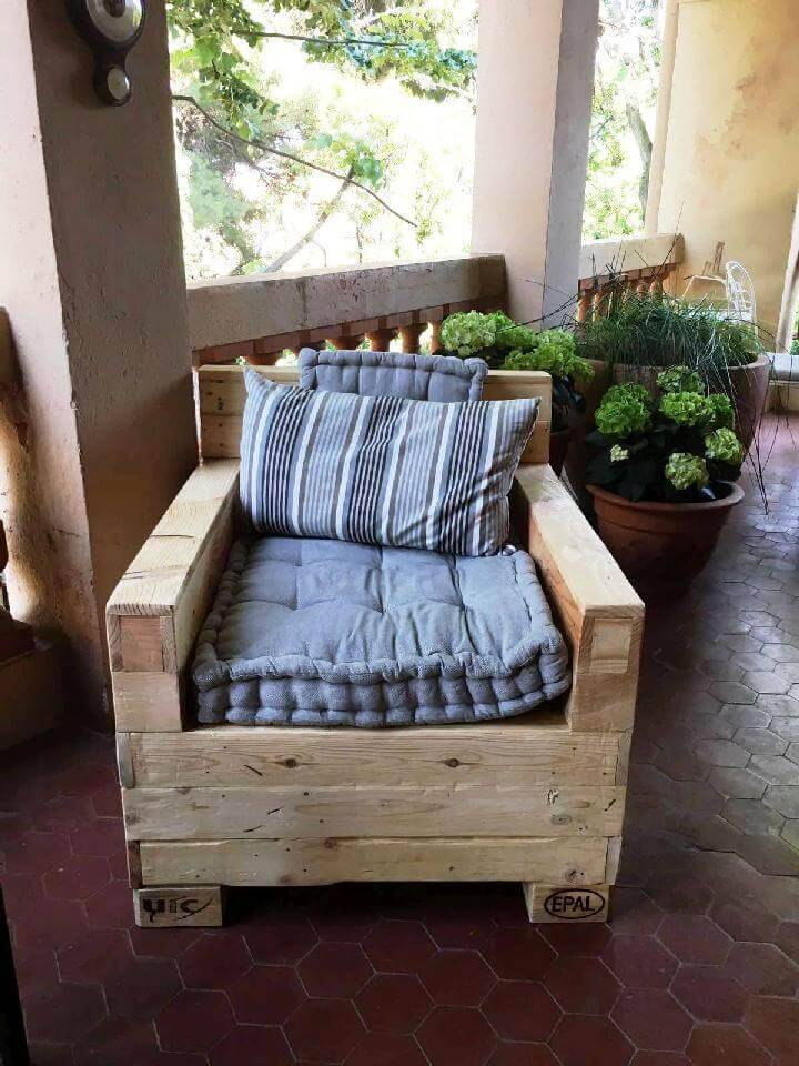 Cushioned Pallet Sofa Chair