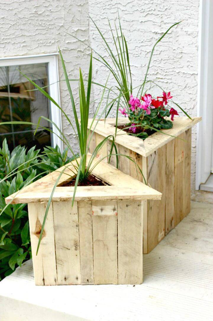 Easy DIY Triangle Pallet Planters Tutorial
