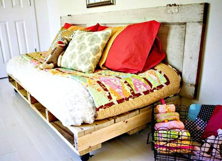 How to Build Your Own Pallet Bed - DIY