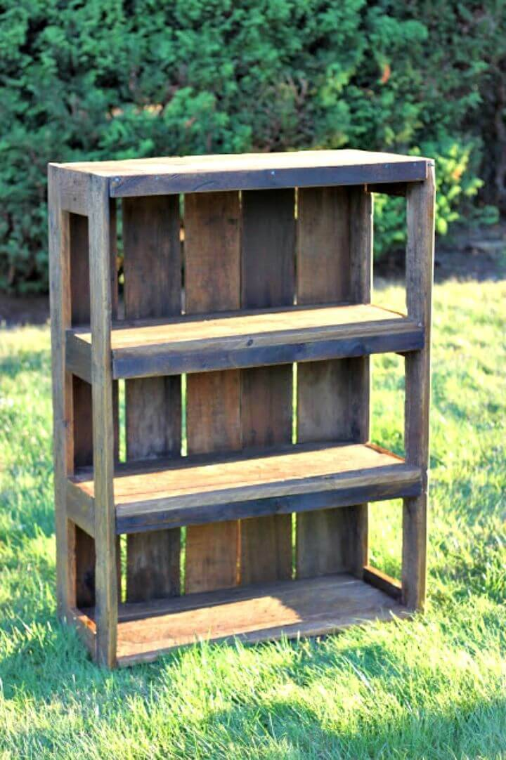 Easy DIY Pallet Bookshelf Tutorial