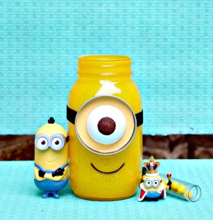 Adorable DIY Minion Mason Jar Gift
