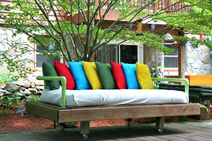 Make A Pallet Daybed to Sell