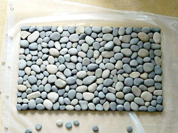 Easy to Make River Stone Bath Door Mat - Free Tutorial