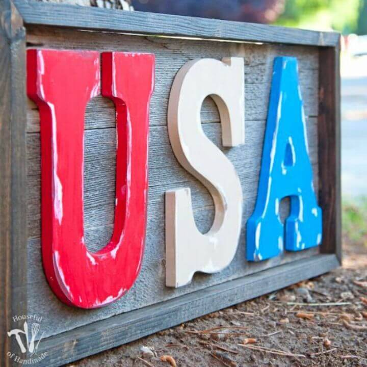 Awesome DIY Rustic USA Wood Sign, also add up the rustic wood boards with colorful painted wood letters to make rustic yet modern signs!