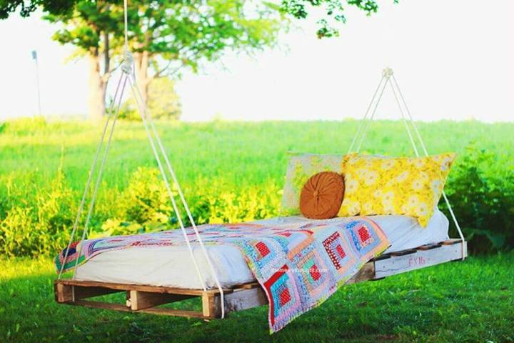 Adorable DIY Pallet Swing Bed