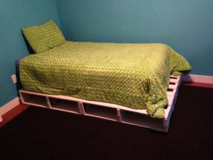 Budget friendly DIY Pallet Bed