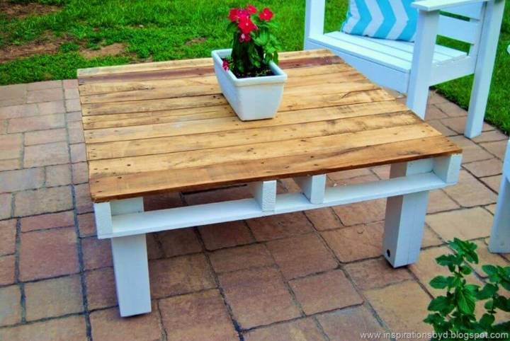 DIY Outdoor Pallet Coffee Table 1