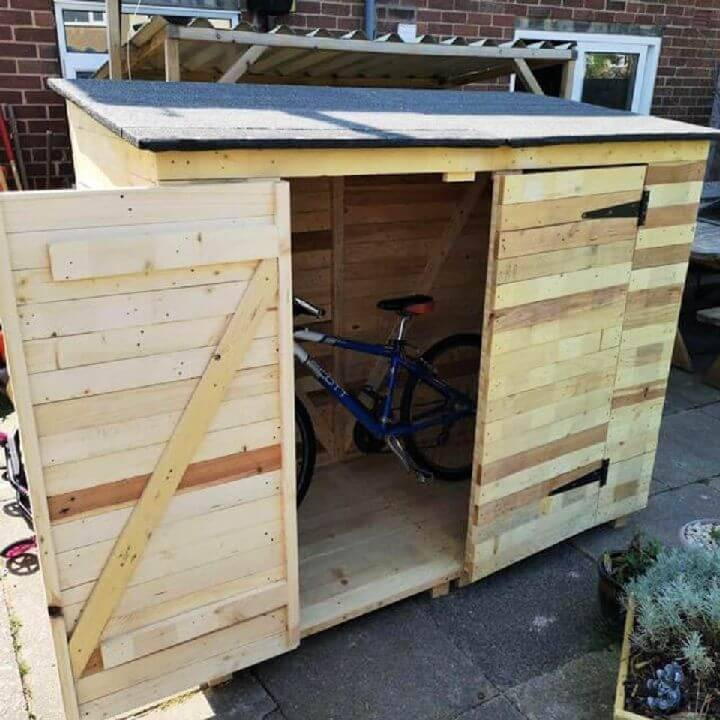 DIY Pallet Cabin for Your Cycle
