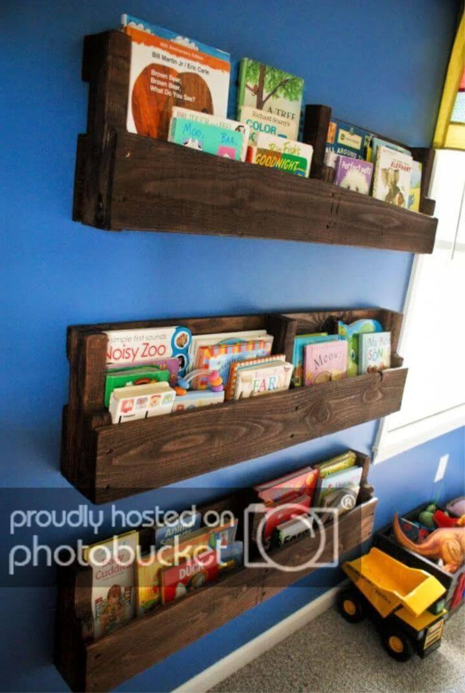 DIY Wood Pallet Bookshelf