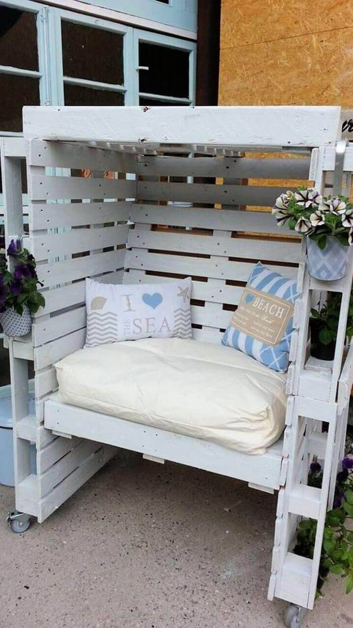 Make Enclosed Seating Area from Pallets