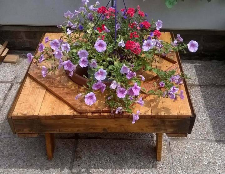 pallet accent coffee table with planter