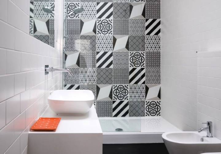 Using contrasting monochrome color in your cloakroom