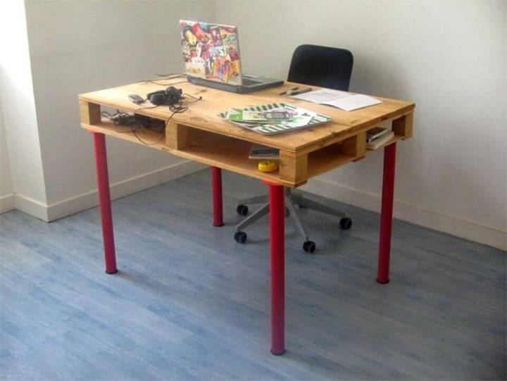 Adorable DIY Pallet Desk